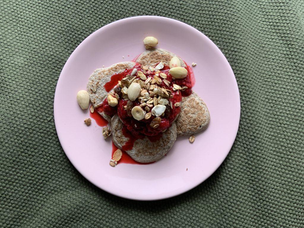 Chiazaad pannenkoeken met frambozensaus